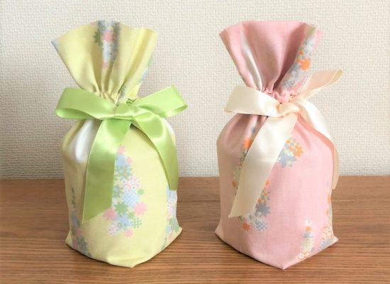 同じ花柄が付いた黄色とピンクのお骨袋