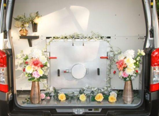 花々で装飾された火葬炉の入口