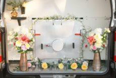 花が飾られたペットの火葬炉