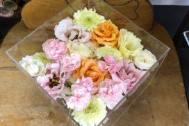 ケースに収められたペットのお別れ生花