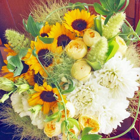 ひまわりなどをあしらったアレンジ生花。
