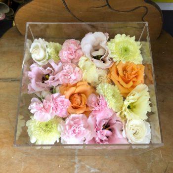 薔薇とトルコキキョウの花々。