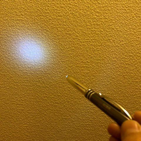 壁に光を当てているペンライト