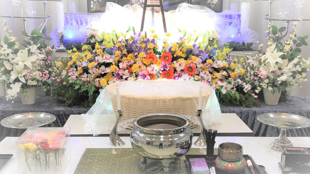 ペット用の祭壇と棺とお別れ生花