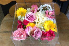 トルコキキョウ、ガーベラ、カーネーションなどの花々。