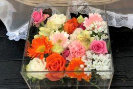 オレンジ色のガーベラ、白いバラなどの花々