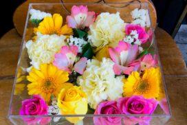 黄色と赤の薔薇や白いカーネーションなどの花々