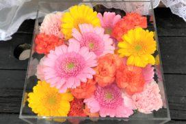 ピンクと黄色のガーベラやカーネーションなどの花々