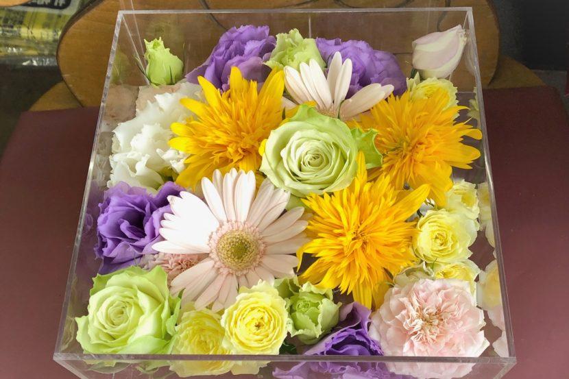 薔薇、カーネーション、トルコキキョウなどの花々。