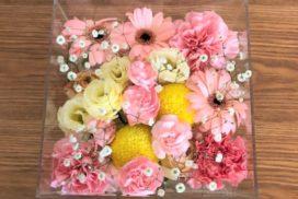 ケースに収められている、カスミソウや菊などの花々。