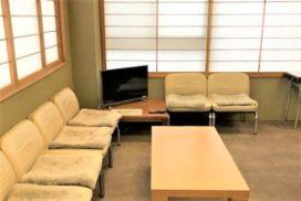 待合室とそこにあるソファとテレビ。
