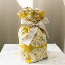黄色生地に花柄のペット用骨袋。
